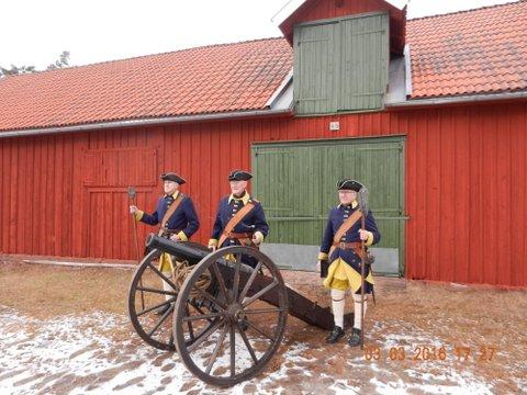 Den  3 mars i skillingaryd välkomnade smålands karoliner den nya prinsen Oskar till världen med kanon salut !